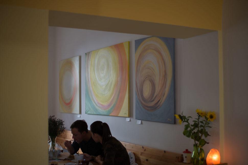 Výstava abstraktních obrazů Jane H. - Fér café, České Budějovice 2018
