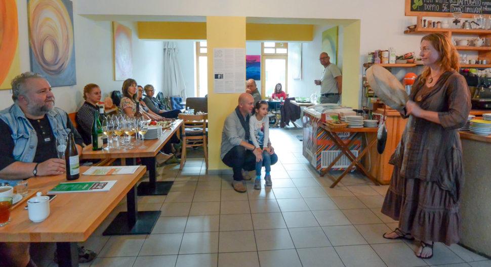 Výstava moderních abstraktních obrazů Jane H. ve Fér café České Budějovice