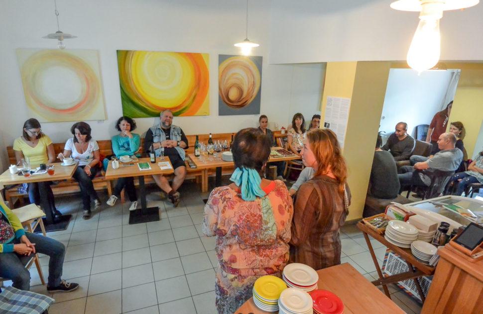 Výstava abstraktních obrazů Jane H. ve Fér café České Budějovice