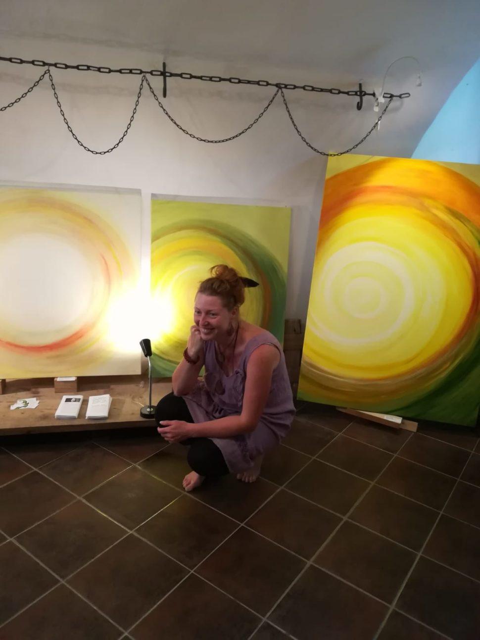 Výstava abstraktních obrazů Jane H. - Galerie Supice, Tábor - autorka sobrazy