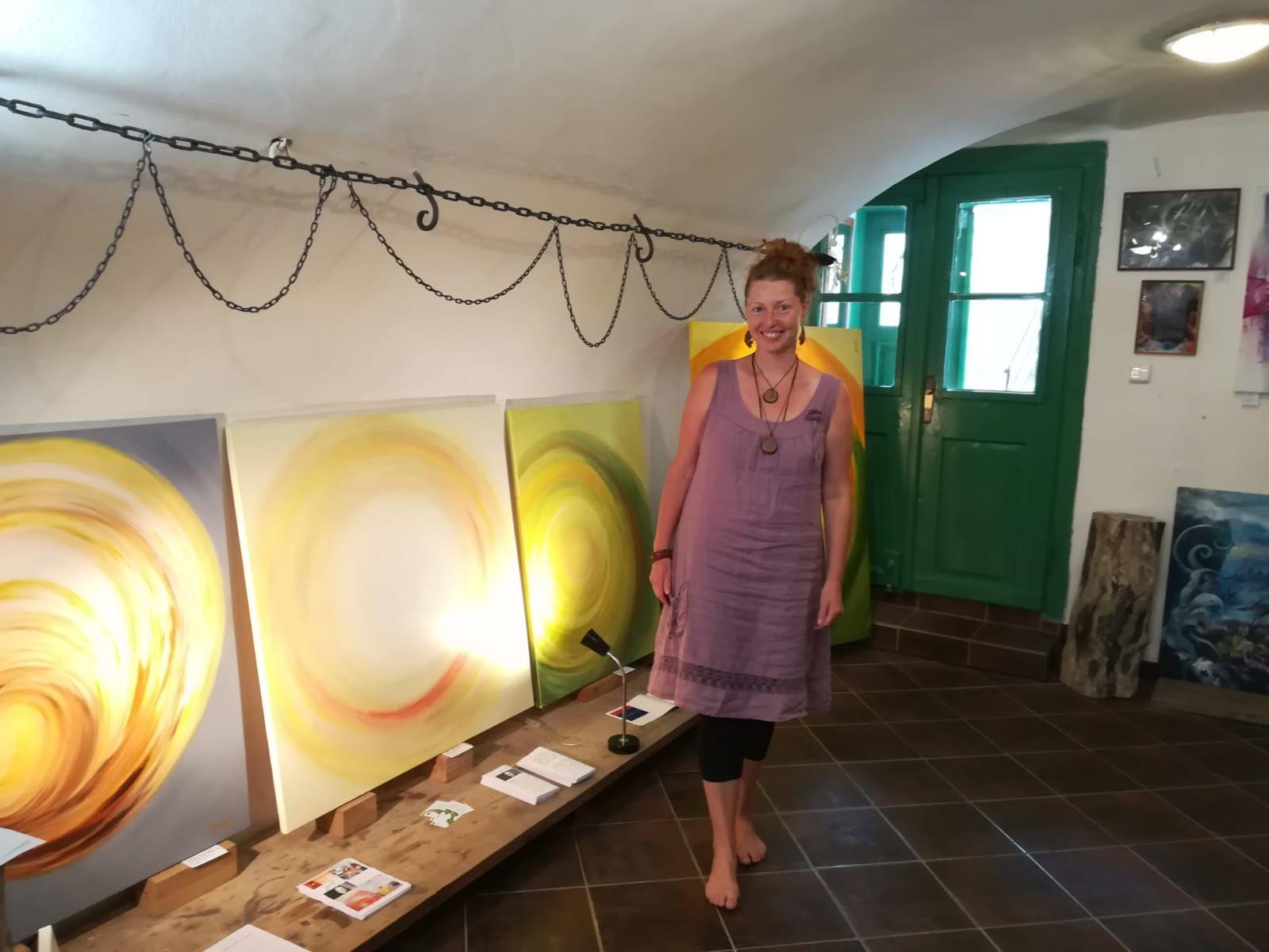 Malířka Jane H. se svými abstraktními obrazy - Galerie Supice, Tábor