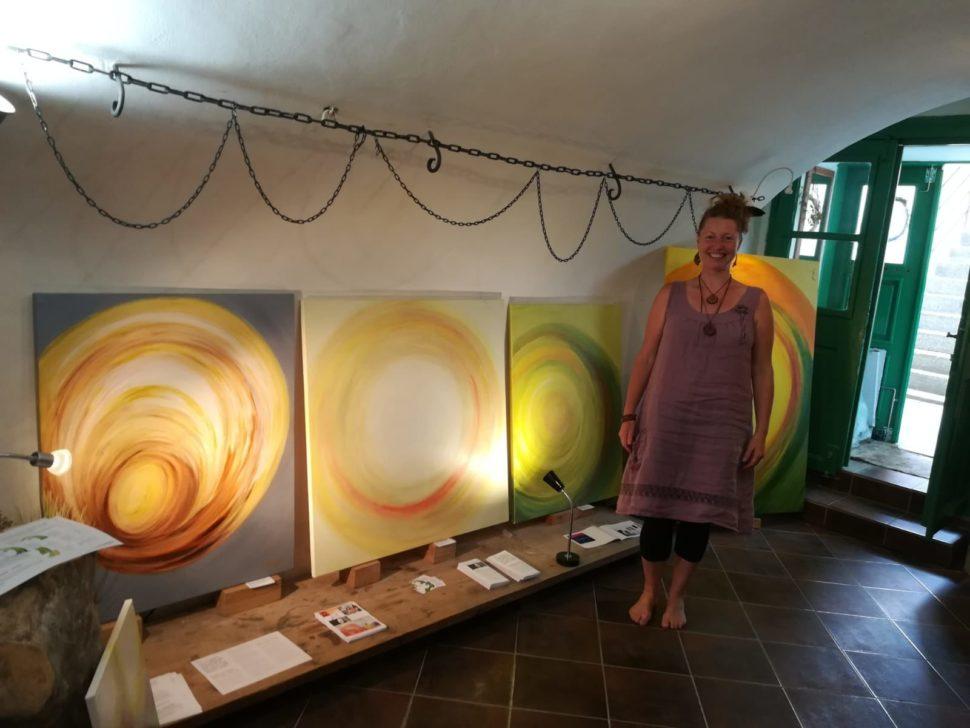 Abstraktní obrazy Jane H. vprostorech galerie Supice vTáboře