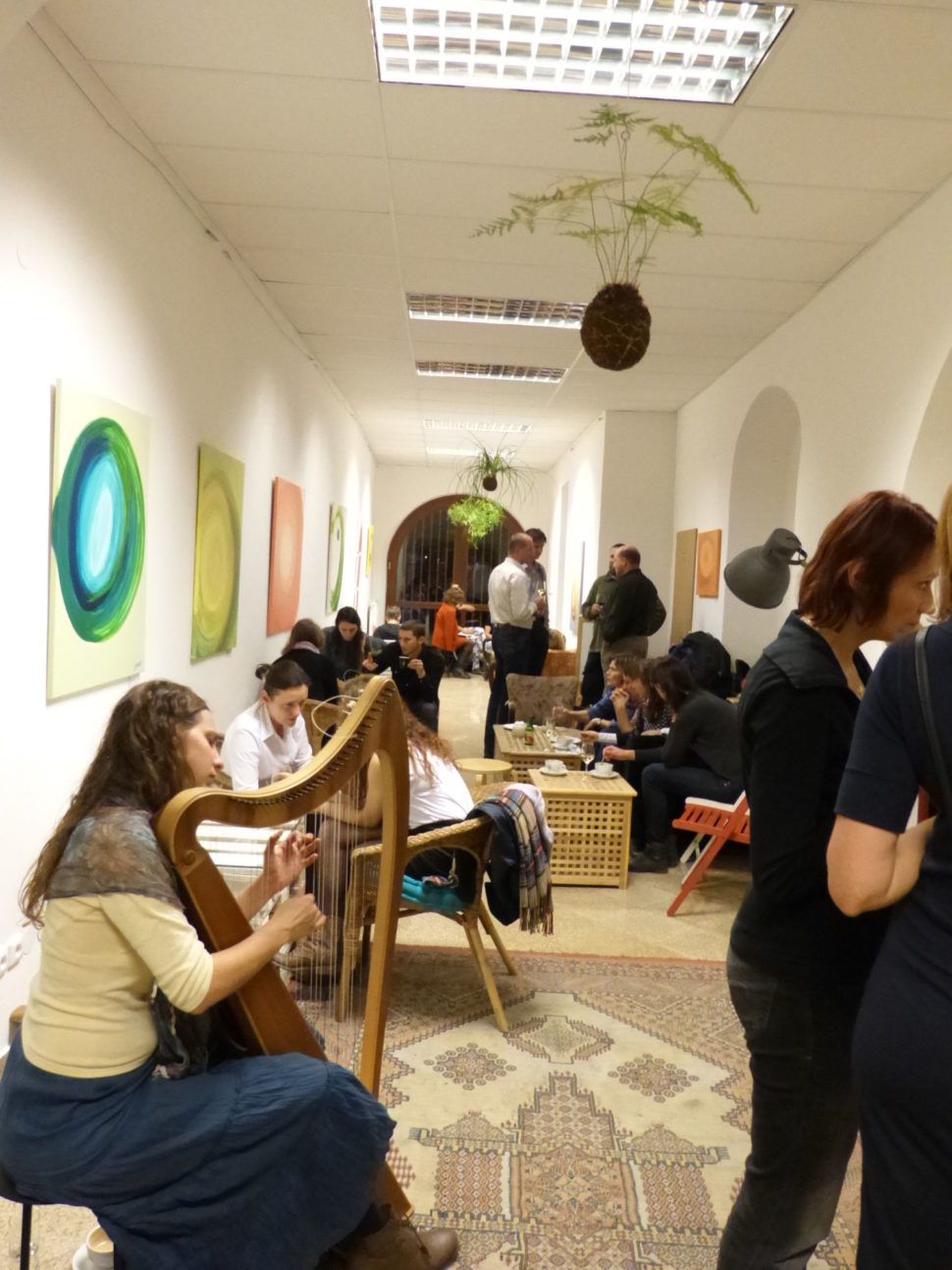 Výstava abstraktních obrazů Jane H. - Černé oči porcelánových šálků, České Budějovice