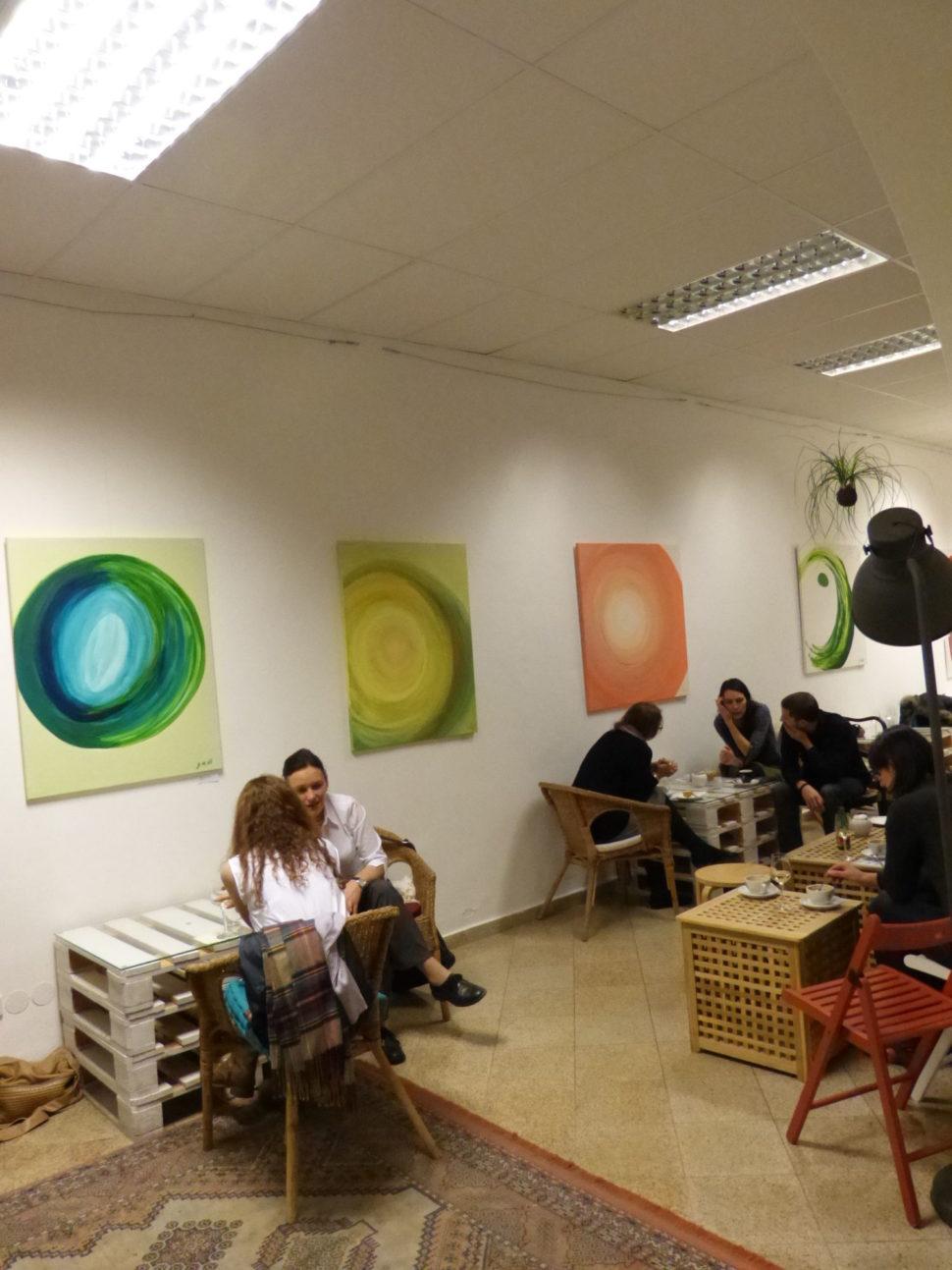 Moderní abstraktní obrazy Jane H. - výstava České Budějovice, kavárna Česné oči porcelánových šálků